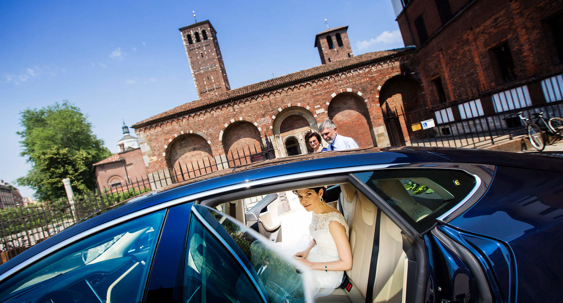 The bride arrives by car to the Basilica of Sant'Ambrogio in Milan, a wedding photo by Nino Lombardo