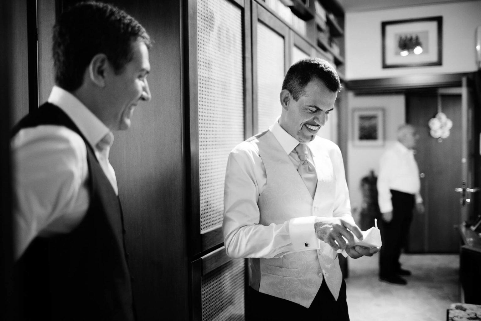 Sposo si prepara alle nozze a Milano, foto matrimonio di Nino Lombardo
