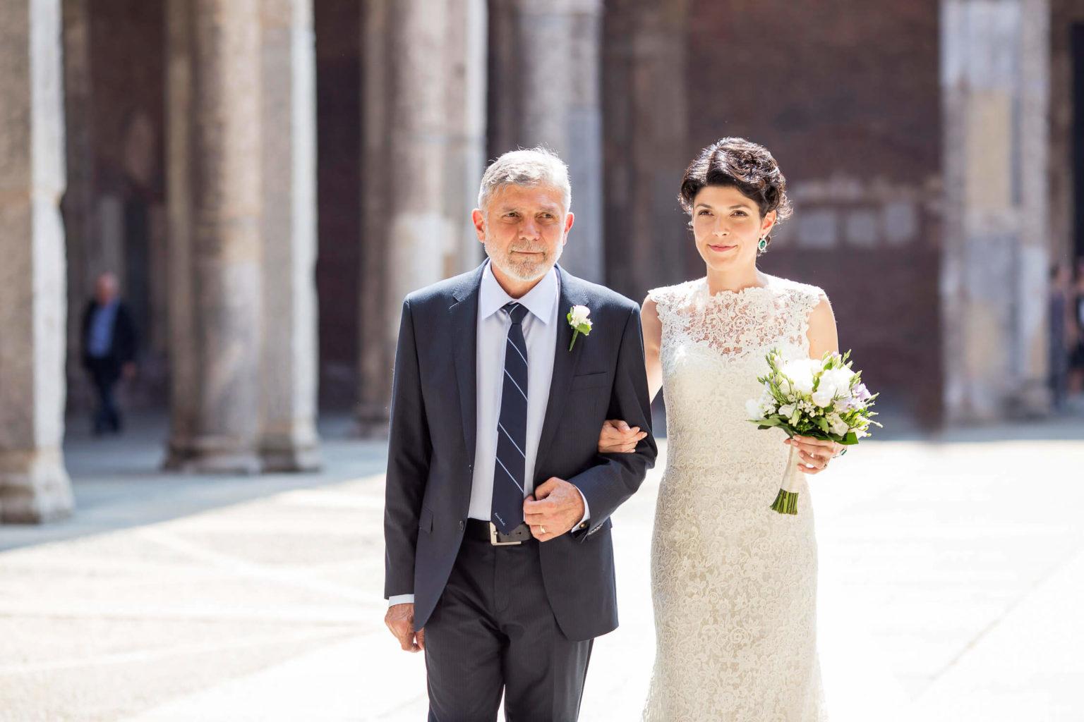 Raggiante giornata di sole illumina la sposa alla Basilica di Sant'Ambrogio di Milano, foto matrimonio di Nino Lombardo