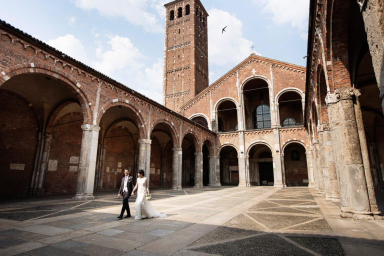 Spouses walk the cloister of the Basilica of Sant'Ambrogio, wedding photography by Nino Lombardo