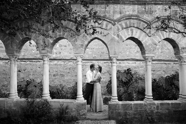 Fidanzati in un chiostro in Sicilia, foto bianco e nero per fidanzamento di Nino Lombardo