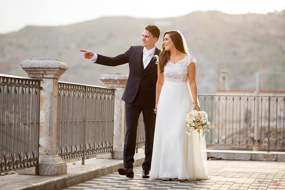 Fotografia degli sposi al belvedere di Castelmola per matrimonio in Sicilia