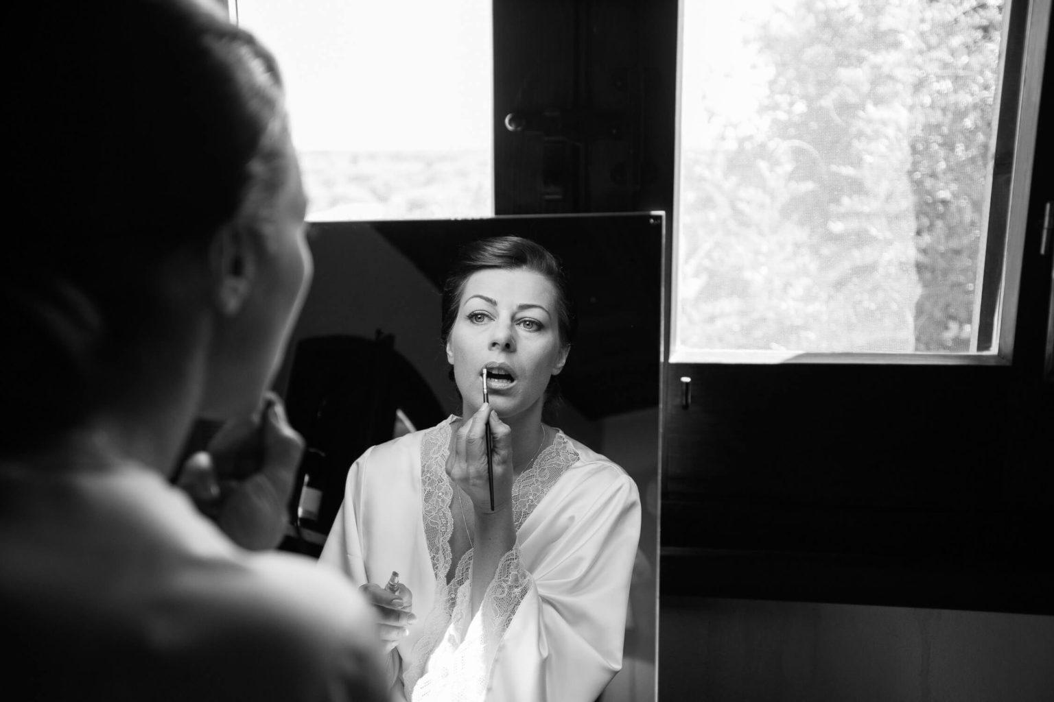 sposa allo specchio, foto bianco e nero per matrimonio di Nino Lombardo