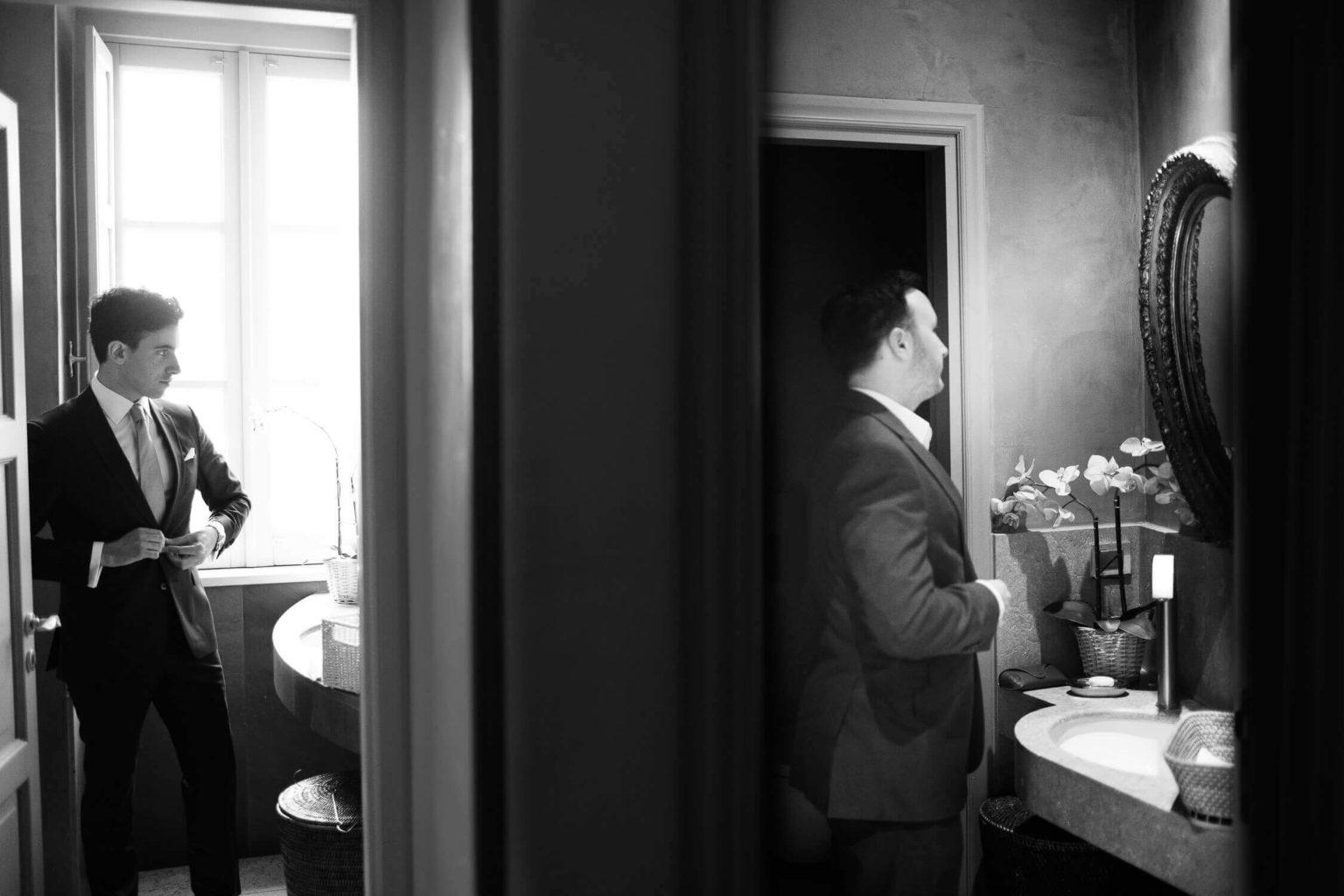 Sposo e testimone si preparano, foto per matrimonio di Nino Lombardo