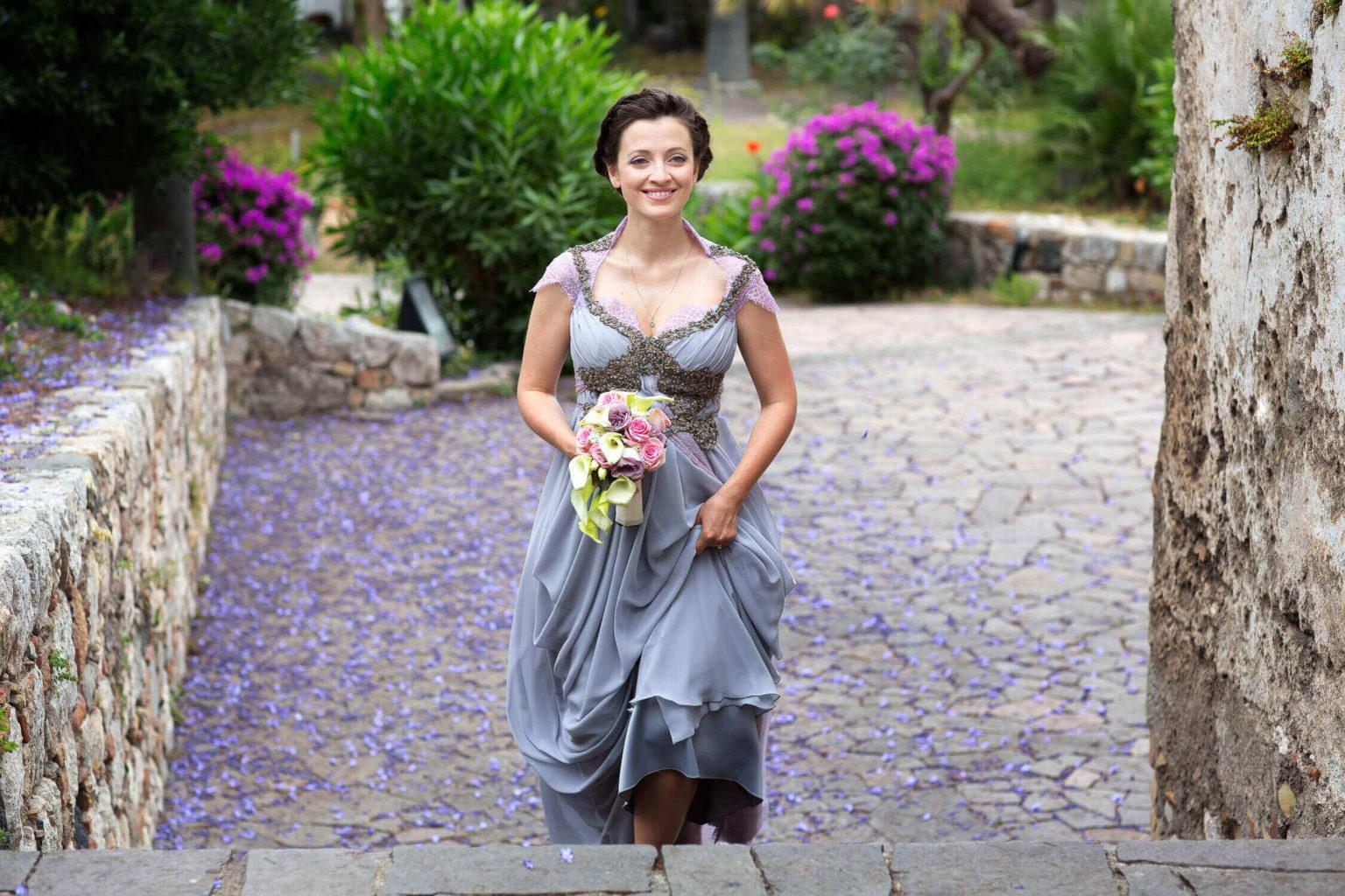 Sposa sale le scale a Palazzo Duchi, foto per matrimonio di Nino Lombardo