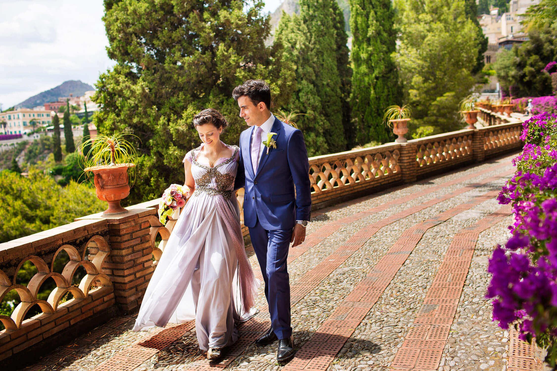 Sposi passeggiano ai giardini di Taormina, foto per matrimonio di Nino Lombardo