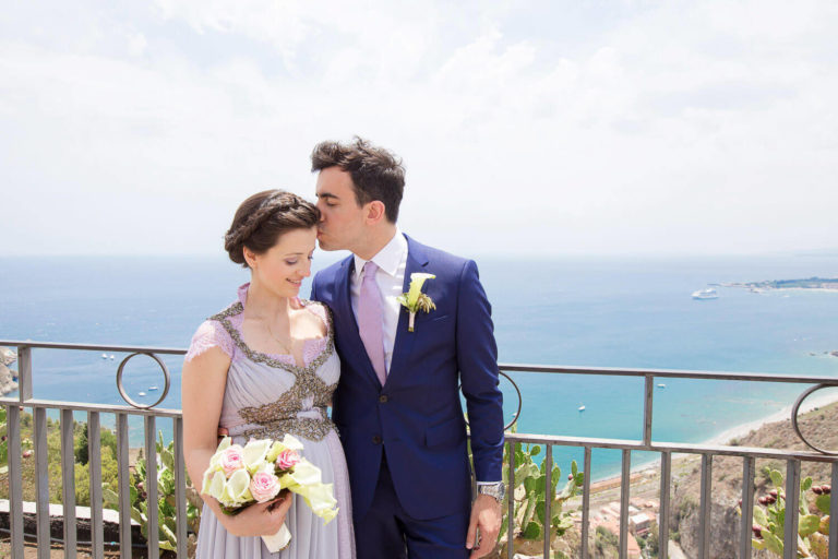 Delightful married couple at the garden of Taormina overlooking the sea, photos by marriage of Nino Lombardo