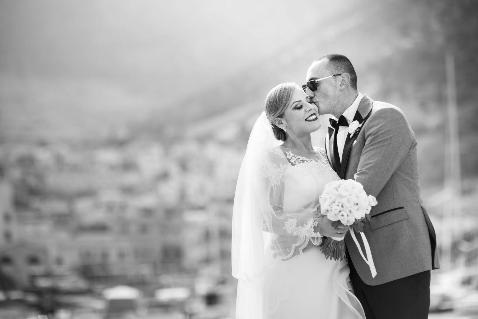 Sposo bacia sua moglie a Castellammare. Foto matrimonio di Nino Lombardo