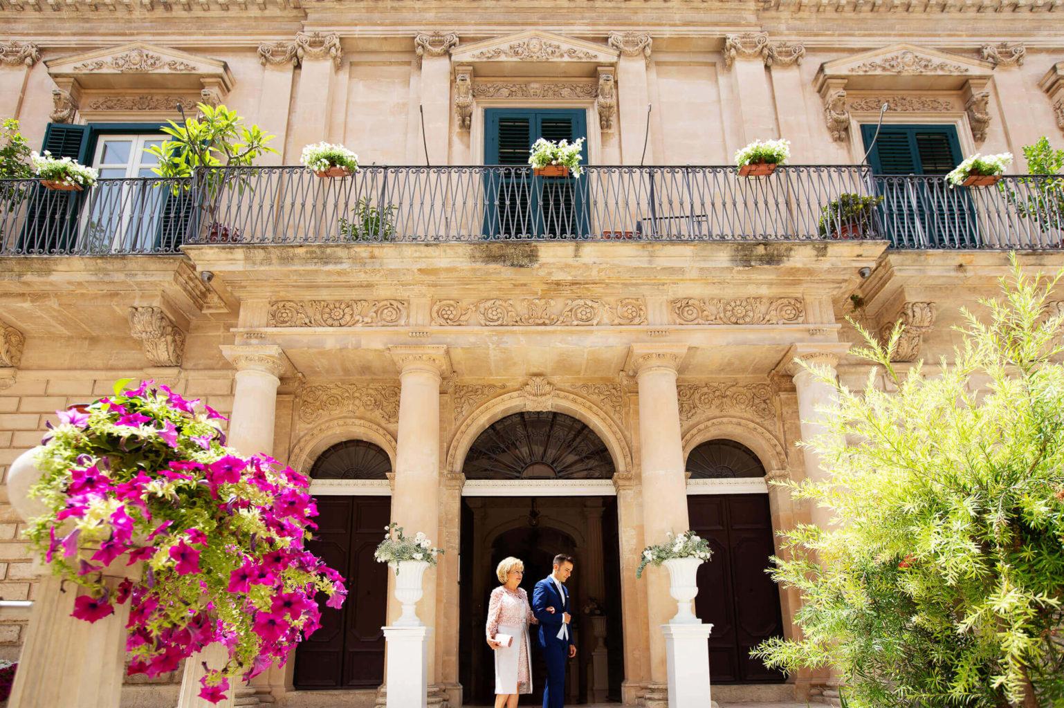 Sposo e mamma escono da casa, foto per matrimonio di Nino Lombardo