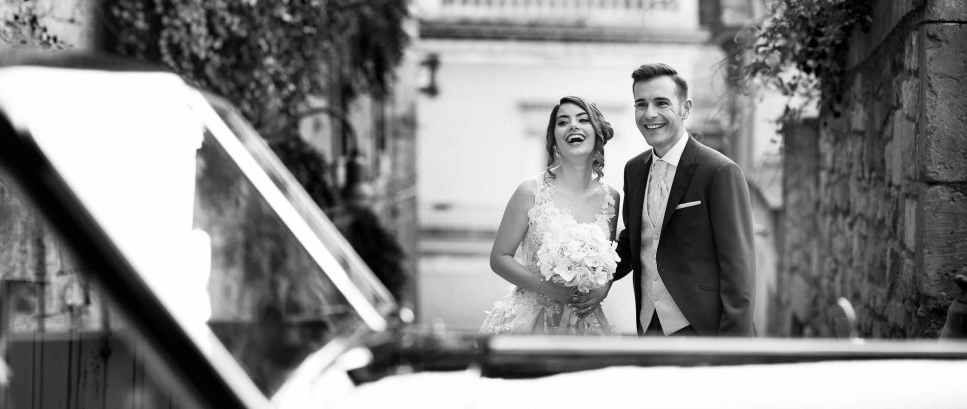 Sposi sorridenti, foto bianco e nero per matrimonio di Nino Lombardo