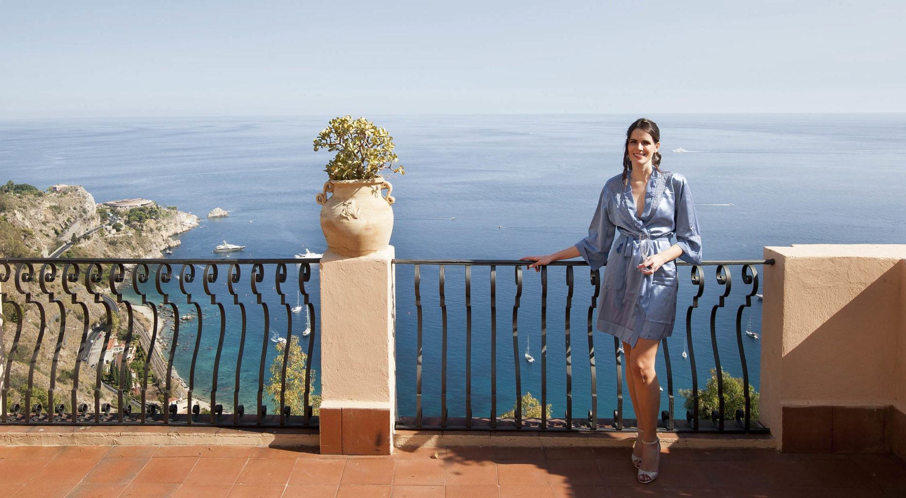 Sposa con panorama sul mare blu di Taormina, foto matrimonio di Nino Lombardo