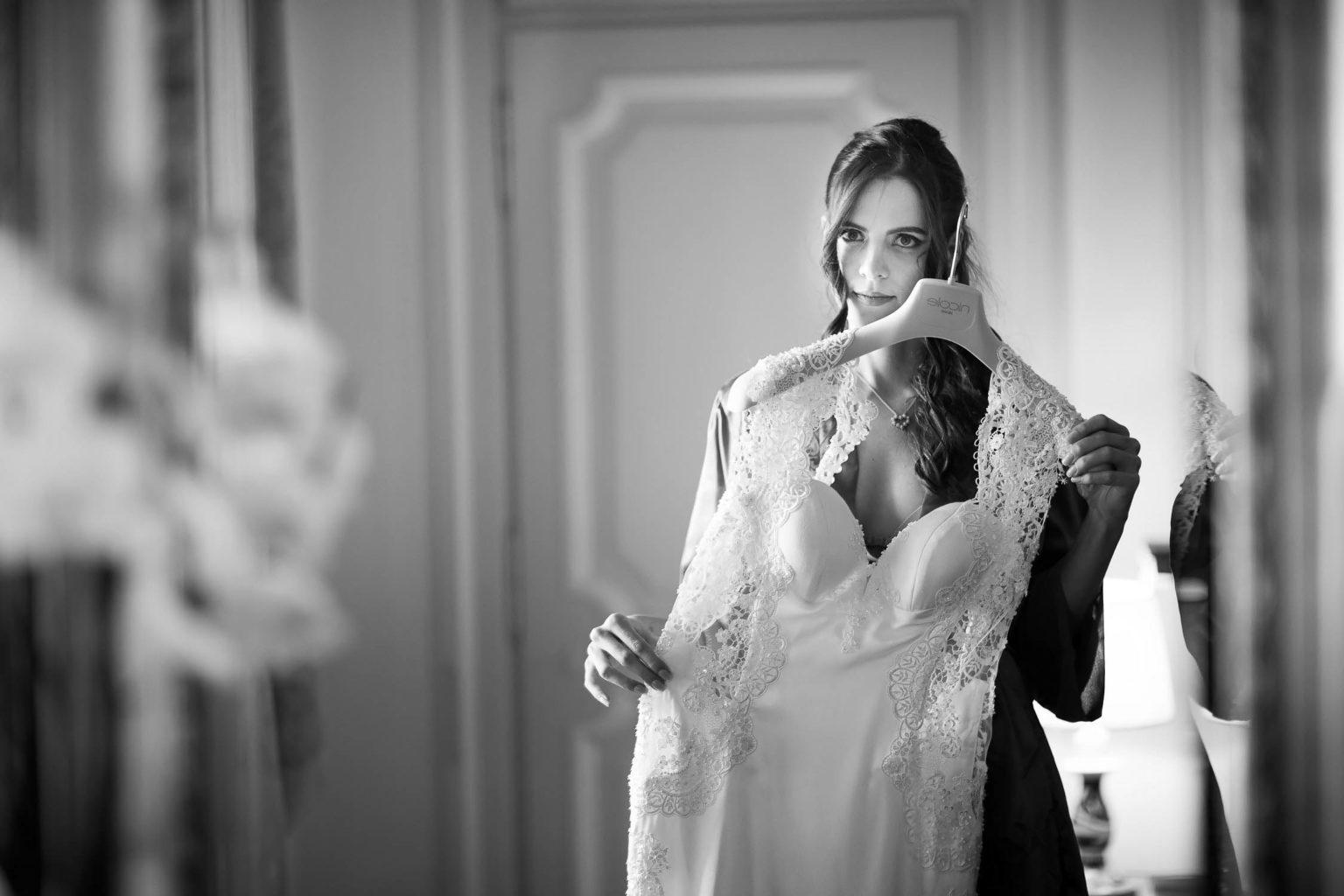 Sposa si specchia al San Domenico Palace per matrimonio a Taormina, foto matrimonio di Nino Lombardo