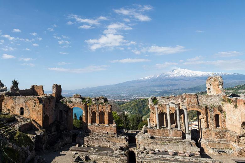 Teatro di Taormina con vista sul monte Etna innevato, fotografia di Nino Lombardo