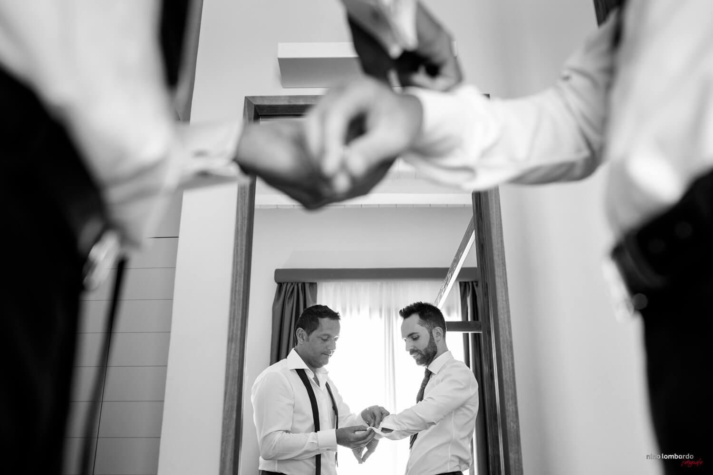 Preparativi dello sposo fotografati a Trapani da Nino