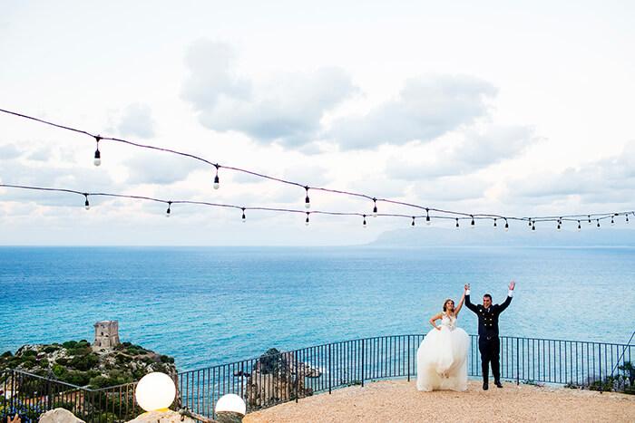 fotografo matrimonio Scopello paese con panoramico paesaggio del mare e dei faraglioni