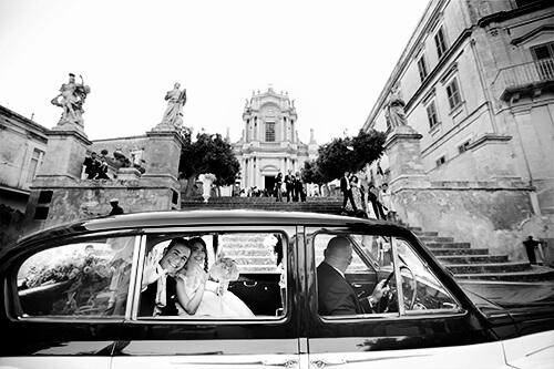 Matrimonio a Modica. Sposi in auto davanti la chiesa di San Giovanni Evangelista a Modica, foto bianco e nero