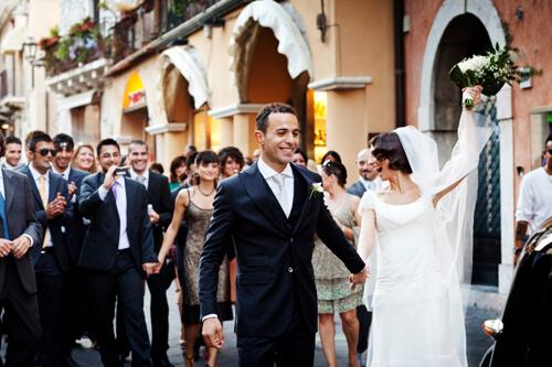 Matrimonio a Taormina. Corteo di amici con gli sposi a Corso Umberto, foto per matrimonio di Nino Lombardo