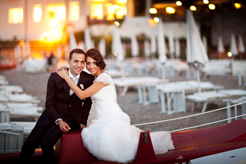 Sposi seduti sopra la barca a Taormina
