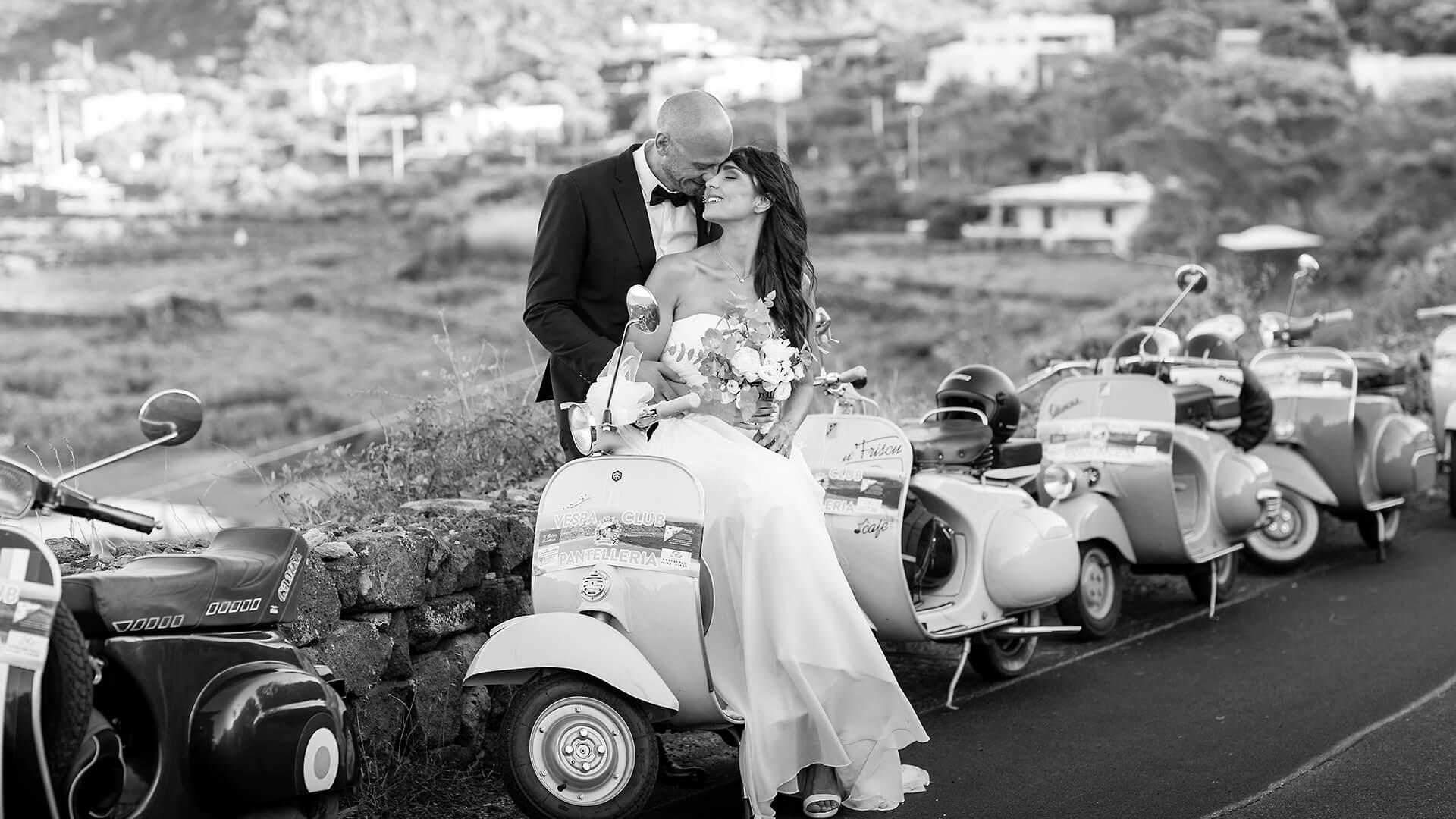 Sposi a Pantelleria in vespa, foto in bianco e nero, Video e Trailer Professionali per Matrimoni